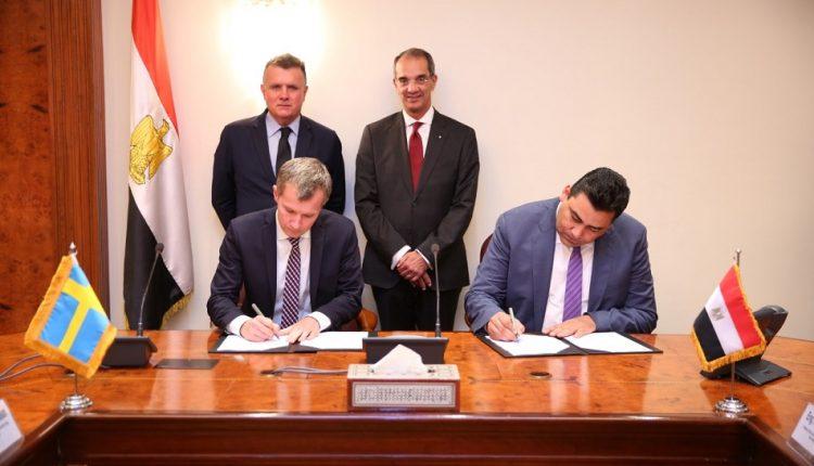 جانب من التوقيع بين المصرية للاتصالات وإريكسون